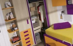 Светло-коричневый шкаф с яркими вставками и разноцветная кровать